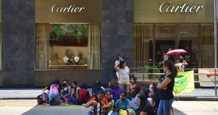 Sometimes, meeting spots are in front of luxury stores, such as Cartier